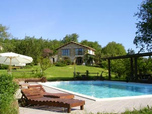 Yoga in summer with accommodation with pool in Italy